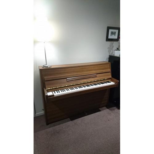 Piano Yamaha E108 noyer satiné