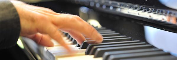 photo de mains sur un clavier de piano